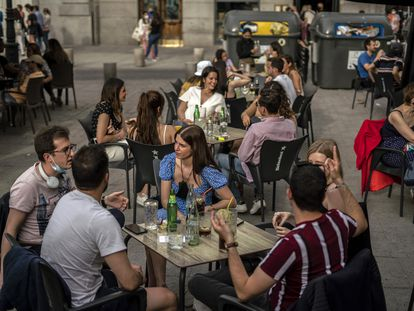 Terraza en la Plaza de Santa Ana de Madrid el 8 de mayo.