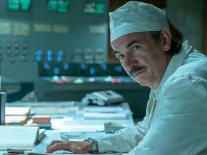 El actor Paul Ritter, en el papel del ingeniero Anatoly Dyatlov en la serie 'Chernobyl'.