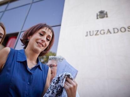 Juana Rivas, el día que apareció después de un mes desaparecida junto con sus hijos en agosto de 2018, a la salida del juzgado de Granada.