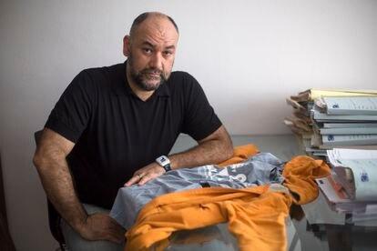 Carlos Prieto posa con la chaqueta que llevaba puesta en el momento del impacto.