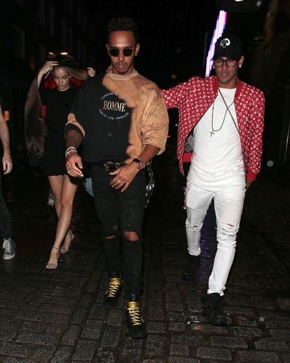 Lewis Hamilton y Neymar Jr., dos de los deportistas más cuestionados por el público, juntos de fiesta en Barcelona en 2017.