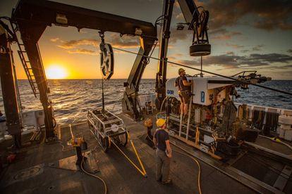 Un robot de exploración submarina a bordo del barco científico de EE UU 'Okeanos Explorer'