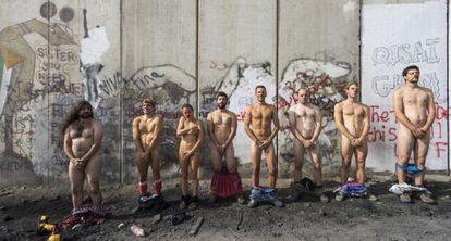 Pallasos en Rebeldía, desnudos ante el muro de Cisjordania