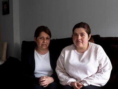 Las hermanas Chiguasuque, hijas de una fallecida por coronavirus, en su casa de Leganés.