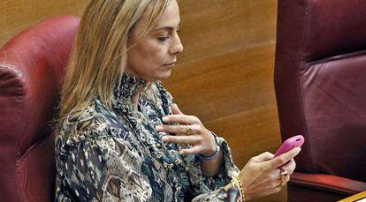 Sonia Castedo, en el último pleno de las Cortes, pendiente del teléfono.
