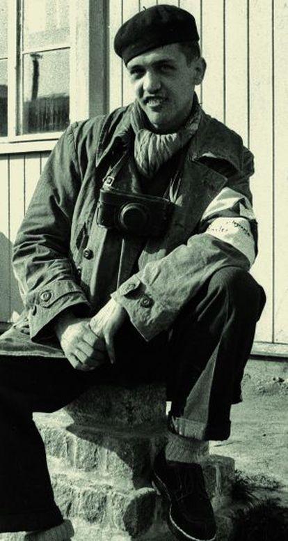Francisco Boix, poco después de la liberación de Mauthausen, con cámara al cuello y brazalete de reportero.