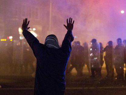 Un manifestante frente a la policía en las calles de Baltimore.