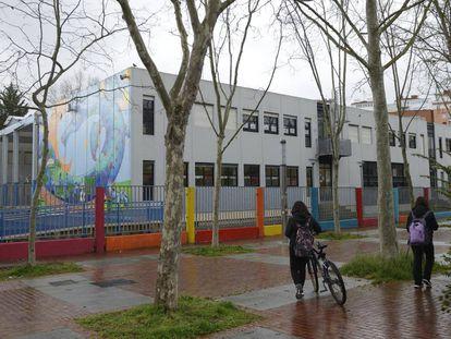 Un colegio cerrado en Vitoria por el coronavirus.
