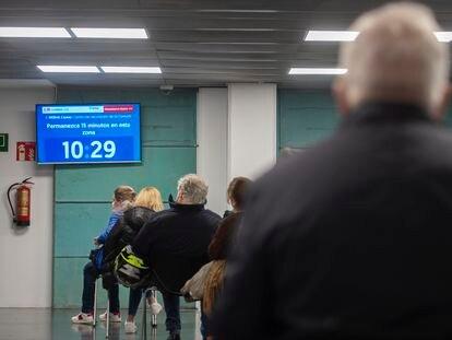 Varias personas esperan sentadas en el dispositivo puesto en marcha en el Wizink Center para administrar la vacuna AstraZeneca.