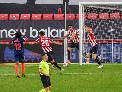 Los jugadores del Athletic celebran el gol de Sancet que les vale la victoria ante el Sevilla en San Mamés este sábado.