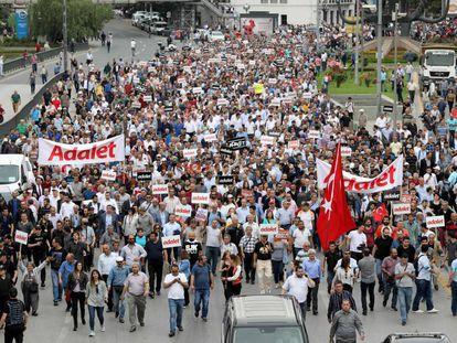 Inicio de la marcha por la justicia (palabra que se lee en las pancartas de los manifestantes) convocada por el partido opositor CHP y que se inició hoy en Ankara.