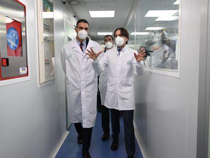 Pedro Sánchez, este viernes, en los laboratorios farmacéuticos de Rovi, en Granada, donde se fabrica el componente de la vacuna contra del coronavirus de Moderna.