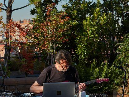 El músico Suso Saiz, prácticamente solo al amanecer en la azotea de La Casa Encendida ofreciendo uno de los nuevos conciertos virtuales del ciclo La Terraza Magnética.