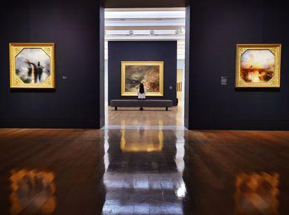 Una visitante en las salas de la exposición 'Late Turner. Painting set free', en la Tate Britain.