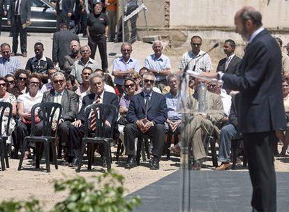 El ministro de Interior, Alfredo Pérez Rubalcaba, en un acto homenaje a las víctimas del atentado de ETA en Vic (Barcelona) en 1991.