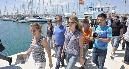 Agentes turísticos rusos pasean por el puerto de Torrevieja para conocer su oferta.