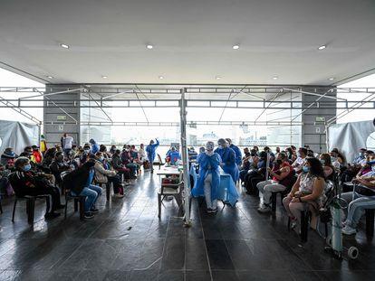 Aplicación de dosis de la vacuna de Pfizer en un centro sanitario de Bogotá, el 4 de junio pasado.