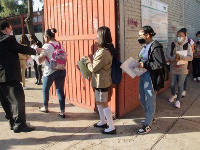 Alumnos de una escuela secundaria en la alcaldía Gustavo A. Madero, en Ciudad de México.