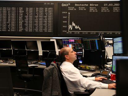 Un 'broker' en la Bolsa de Fráncfort, el pasado mes de marzo.