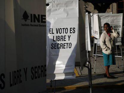 Ciudadanos mexicanos votan durante las primeras horas de la jornada electoral en la comunidad de San Ildefonso, Hidalgo el día 01 de julio de 2018.  México elige a su nuevo presidente en una jornada histórica donde las encuestas le pronostican un triunfo a la izquierda.