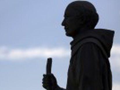 La iglesia presenta la canonización del fraile mallorquín como el primer santo hispano y lo identifica con los inmigrantes latinos
