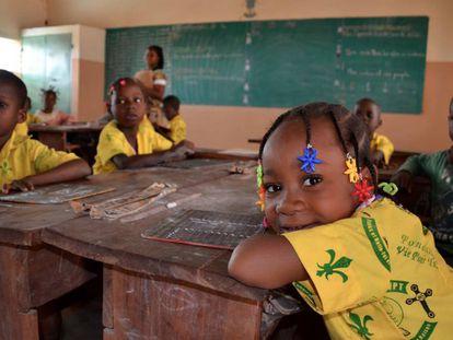Alumnos del centro Vie pour tous tiene en el barrio de Tibona en Parakou, Benín.