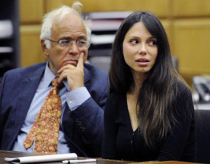 La cantante y música rusa Oksana Grigorieva, junto a su abogado en el tribunal de Los Ángeles.