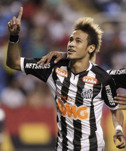 Neymar celebra un gol con el Santos.