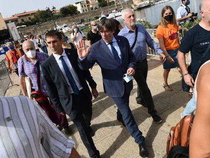 El 'expresident' Carles Puigdemont saluda el pasado sábado en Cerdeña.