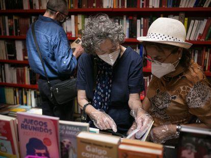 Dos lectoras en la librería Documenta de Barcelona, el pasado mes de julio.
