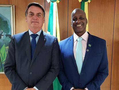 Camargo, director de la Fundación Palmares, junto al presidente Bolsonaro en una imagen que difundió en su cuenta de Twitter.