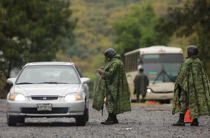 Integrantes de la Guardia Nacional en un punto de control vehícular en la ciudad de Uruapan, Michoacán, en febrero de 2020.