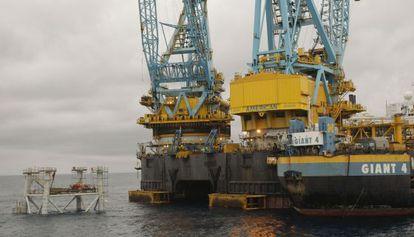 Operarios trabajando en la plataforma de pozos del depósito submarino de gas del Proyecto Castor a 21 kilómetros de la playa de Vinaròs.