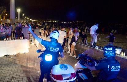 La policía local de Palma desaloja una playa el pasado fin de semana.