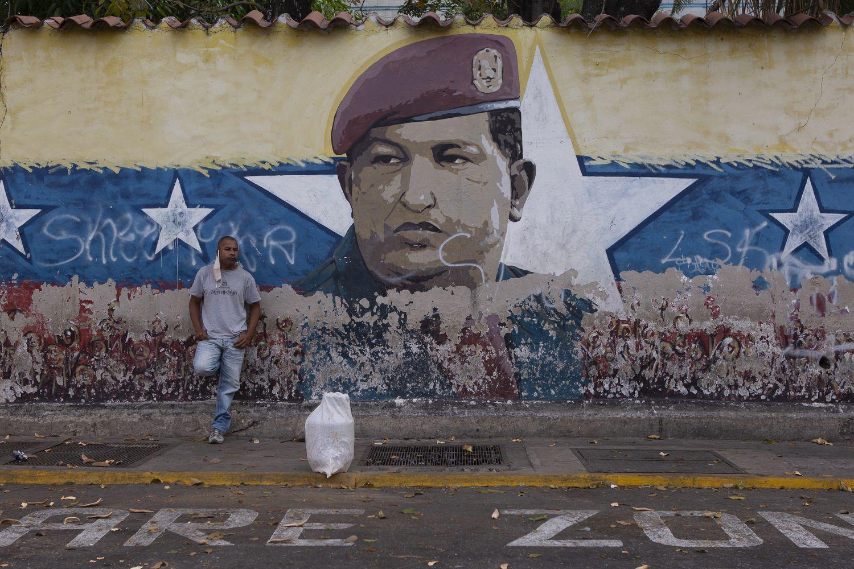 Un hombre espera poder recargar su tanque de gas en la avenida Lebrún de Caracas.