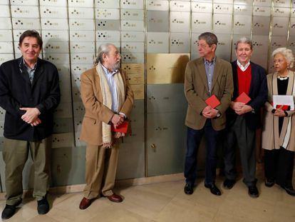 Desde la izquierda, Luis García Montero, Jesús Munarriz, Chus Visor, Jorge Herralde y Beatriz de Moura, este jueves.
