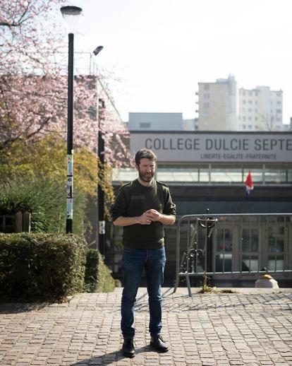 Christophe Naudin es profesor de Historia y Geografía en un instituto público de Arcueil, un suburbio al sur de París. Sobrevivió al atentado  terrorista de Bataclan, el 13 de noviembre de 2015.