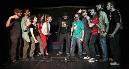 Los poetas y los raperos junto al presentador, en el medio.