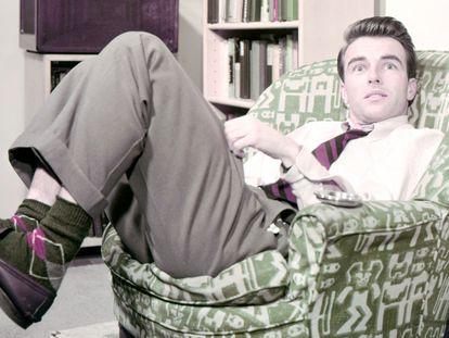 El actor Montgomery Clift (1920-1966) se relaja en un sofá mientras posa para un retrato publicitario alrededor del año 1950.