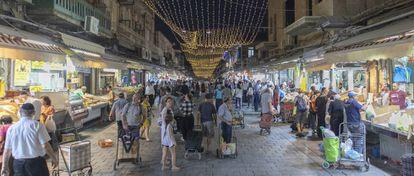 Vista nocturna de la calle principal del mercado.