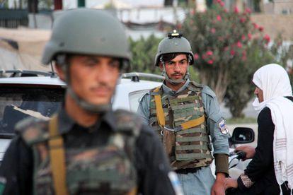 Militares afganos en un control de carretera en las afueras de Kandahar este lunes.