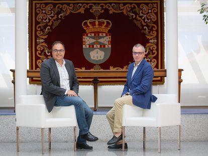 El alcalde de Leganés, Santiago Llorente, del PSOE, con el nuevo vicealcalde, Enrique Morago, de Ciudadanos, este viernes en el Ayuntamiento.