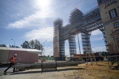 Comienzo del desmontaje de la portada de Feria de Abril, este jueves en Sevilla. PACO PUENTES