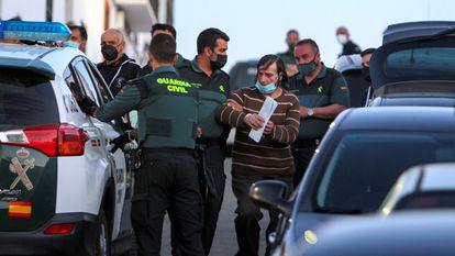 LOS SANTOS DE MAIMONA (BADAJOZ), 06/05/2021.- Efectivos de la Guardia Civil detienen a uno de los tres hermanos que residen en la localidad pacense de Los Santos de Maimona tras hacer un registro en su vivienda, en el marco de la investigación abierta para localizar a los otros dos, de los que no se sabe nada desde hace varios días. EFE/ Jero Morales