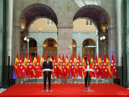 El presidente del Gobierno, Pedro Sánchez, y la presidenta de la Comunidad de Madrid, Isabel Díaz Ayuso, en su encuentro en la sede del Ejecutivo regional, en la Puerta del Sol, este lunes.