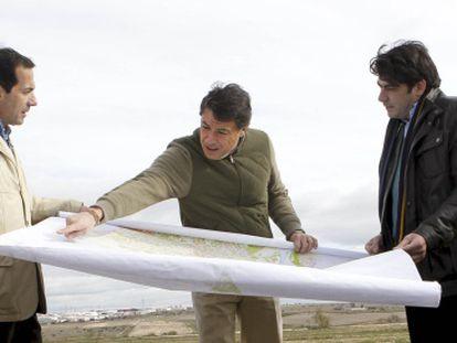 Salvador Victoria, Ignacio González y David Pérez (de izquierda a derecha), en los terrenos de Alcorcón donde se iba a ubicar Eurovegas.