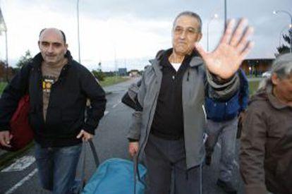 El etarra Domingo Troitiño, a la derecha, sale de la prisión de Teixeiro (A Coruña).