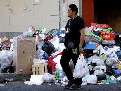 Aspecto que presentan calles de Parla por la huelga de recogida de basuras.