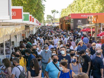 Vista de la Feria del Libro de Madrid en el parque del Retiro el domingo 12 de septiembre.