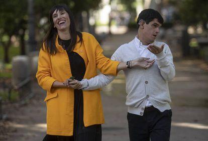 Jorge España, con Mapi, una de sus mediadoras, y su entrenadora el pasado lunes en Madrid.